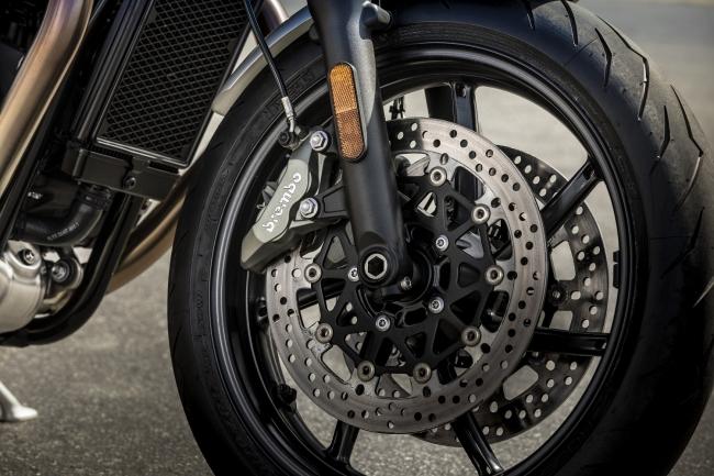 高仕様のBrembo製ブレーキおよびダブルディスク