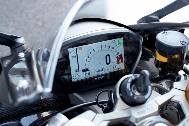 Moto2TMオフィシャルブランドロゴを起動画面に表示したフルカラーTFTディスプレイ
