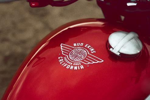 カリフォルニア「フライング・グローブ」のロゴが入ったタンクデザイン