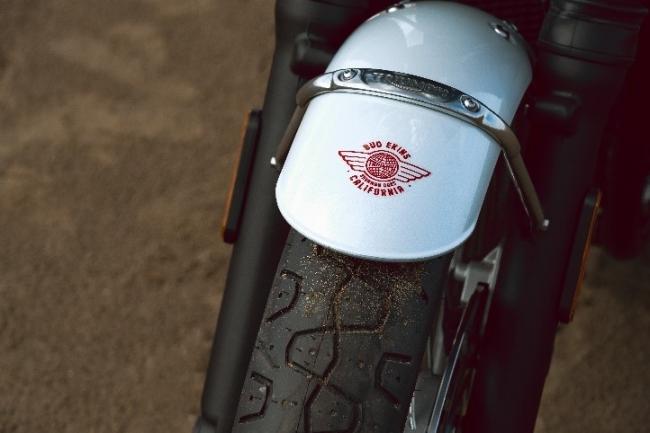美しいカリフォルニア「フライング・グローブ」のロゴが入った専用フロントマッドガードペイント仕上げ