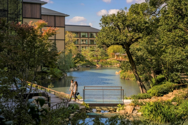 ホテル内、800年の歴史を誇る池庭「積翠園」