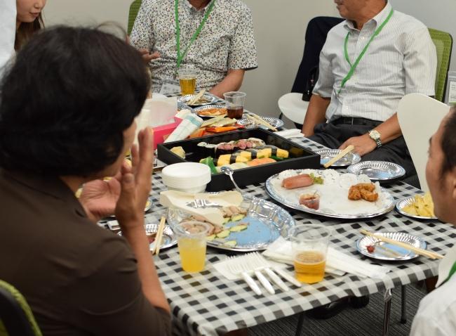 和やかに食事やお酒を楽しむ参加者の方。