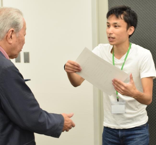 参加者の方を表彰するシニアジョブ代表取締役・中島康恵。 「シニアの方への感謝をようやく形にできた」と語った。