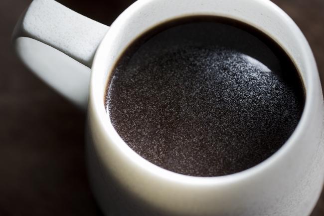 ゴールドフィルターでドリップしたコーヒーにはオイルが抽出されて表面がキラキラしてます