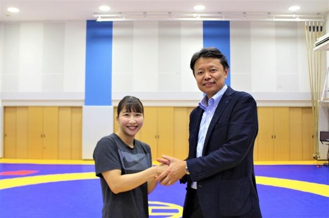 中村未優選手、GATHER事業部田中和弘(写真左から)