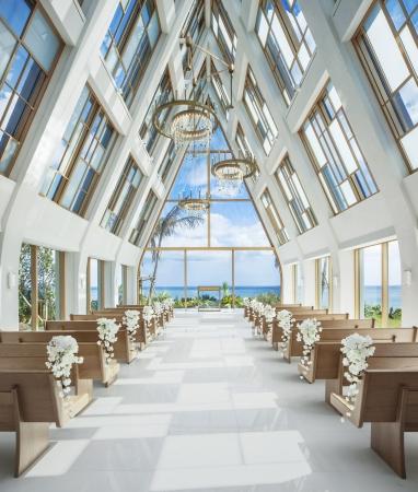 ザ・ギノザリゾート 美らの教会 (C)アールイズ・ウエディング