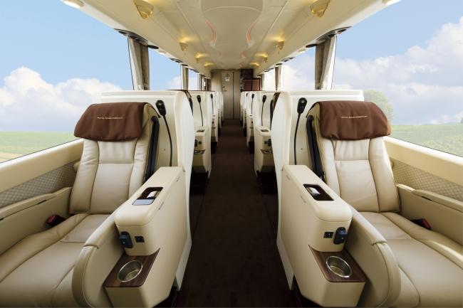 全席窓側配列10人乗りバス「ROYALROAD PREMIUM」