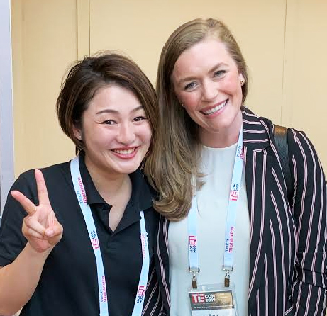 左:大月、  右:審査員の一人SARA DESHPANDE氏(Partner, Maven Ventures)