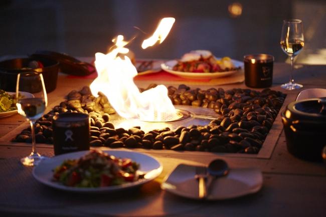 テラス席では暖炉を囲んでお食事を楽しめます