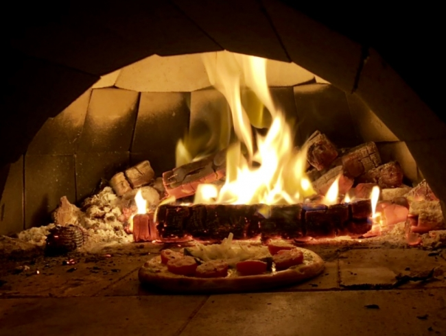 高温の窯で焼き上げるピザは絶品です。