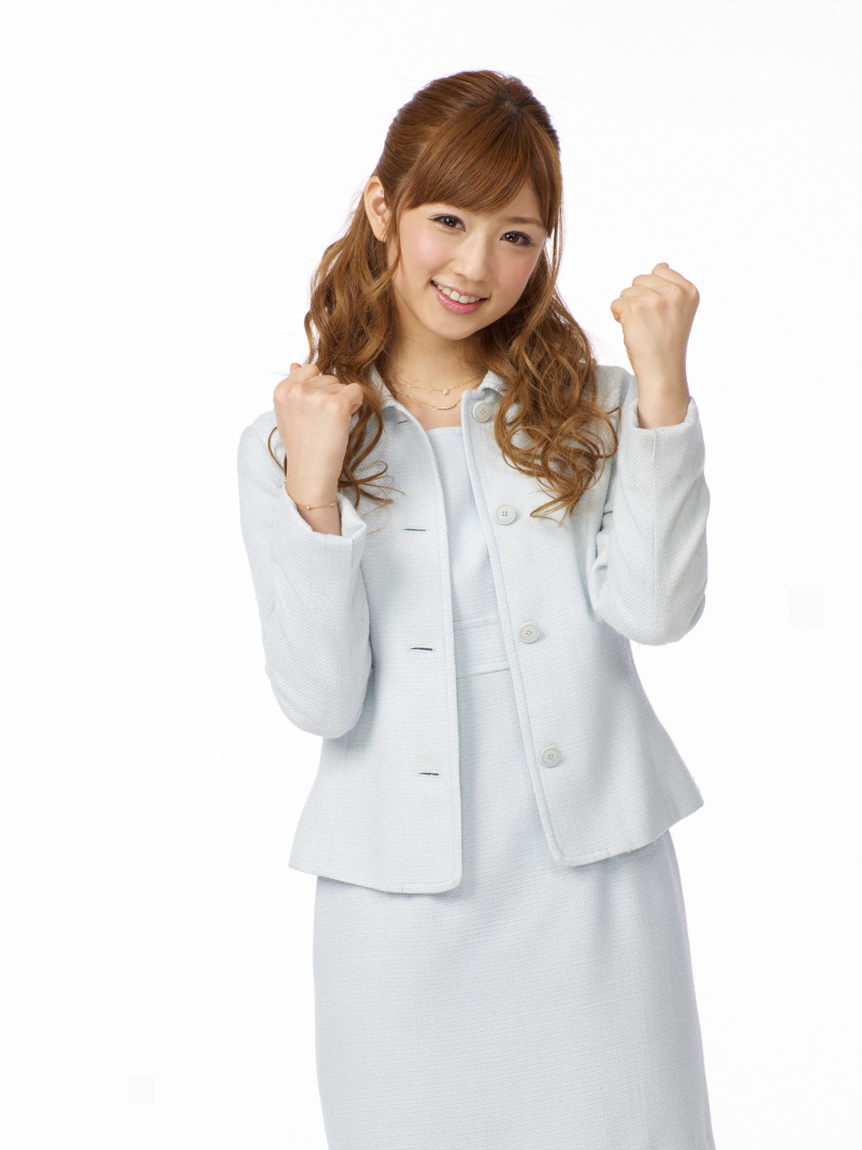 珍しくスーツ姿の小倉優子