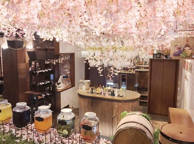 3000本の桜とワイングラスのシャンデリアがお出迎え