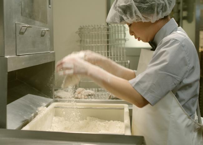 「チキンスペシャリスト」による「オリジナルチキン」調理イメージ