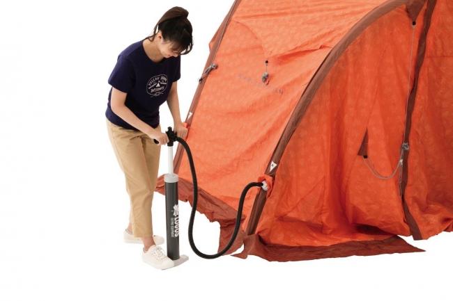 専用ポンプで空気を入れるだけで、従来のようなフレームの差し込みなどせず、簡単に設営できる。