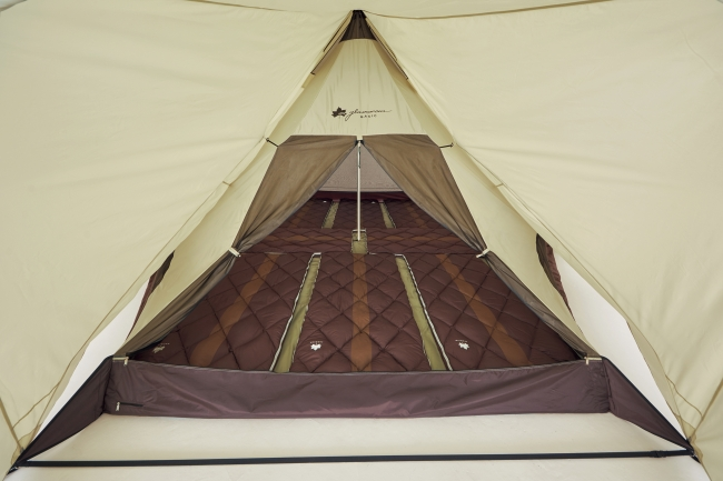 大人数を収容できる広々とした室内空間。 封筒型シュラフなら大人用を8枚敷くことができ、ゆったりと眠れる。
