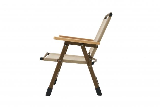 強度のあるスチール製フレームとブナを使った木製の肘掛けを採用。