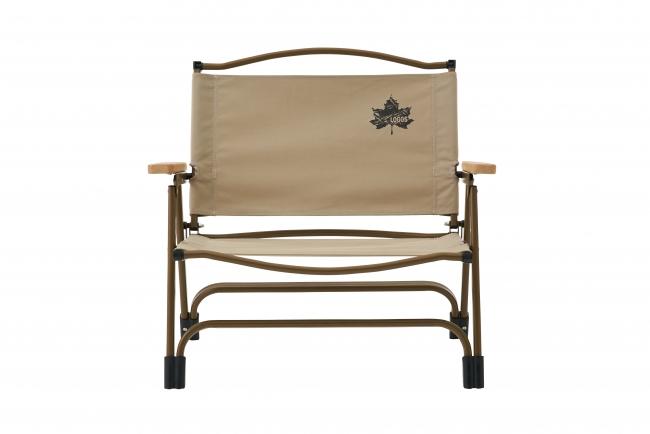 キャンバス地のような風合いの生地を使用したワイドな座面が特徴の組み立て式チェア。長時間の利用でも疲れないロータイプ設計。
