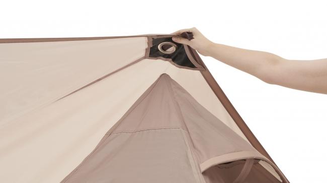 テントの先端にタープを差し込み、ペグで固定するだけの簡単セットアップ。