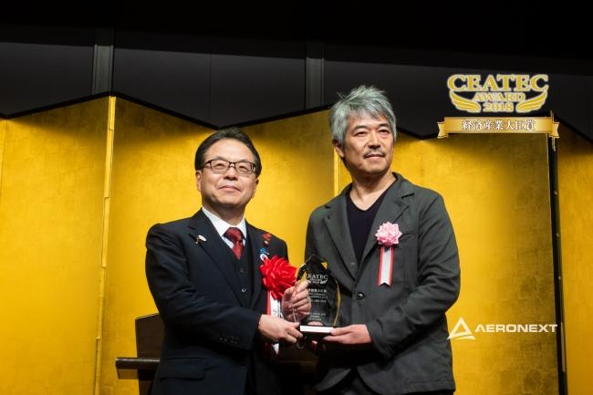 世耕弘成経済産業大臣(左)と(株)エアロネクスト代表取締役CEO田路圭輔