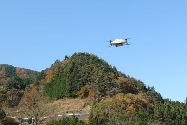 小菅村をデモ飛行する物流専用ドローンの最新試作機
