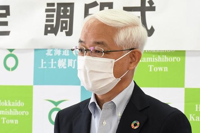 挨拶する電通執行役員 徳山日出男