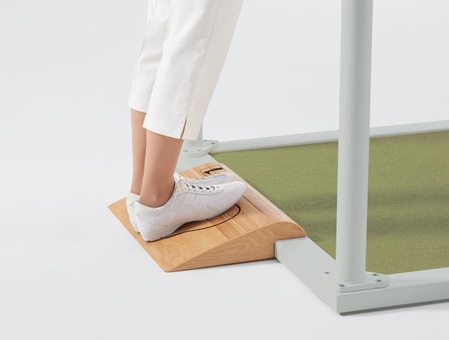【カーフストレッチボード】ボードの上に乗ることで、疲れやすいふくらはぎを伸ばすことができます。