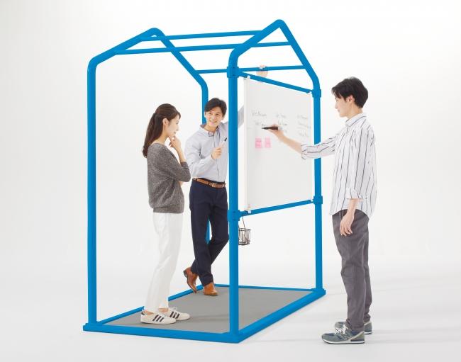 【両面ホワイトボード】本体上部に設置することで、 スタンディング時に書きやすく、 また空間をほどよく仕切ることができます。