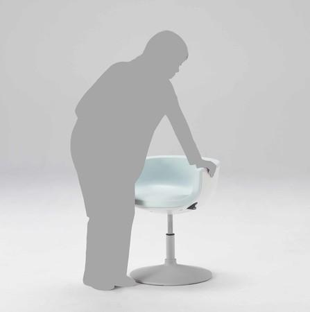 座面下方の回転解除レバーは、ロック状態を医師や看護師が目視できるデザイン形状