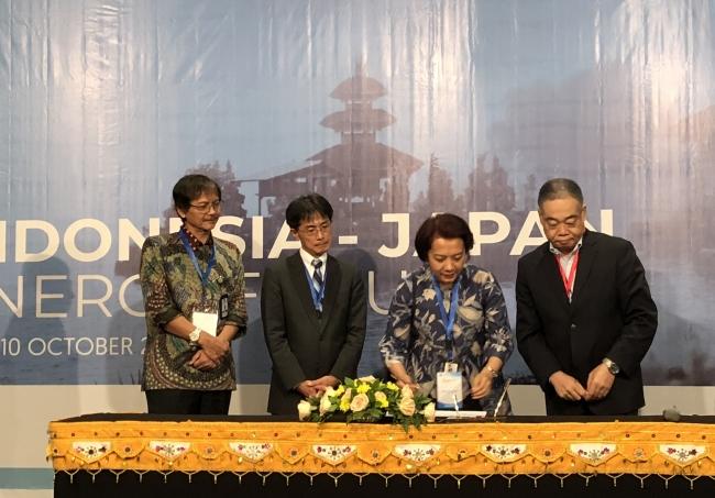 インドネシア電力公社の経営企画部ダイレクター ソフィ・フェリエンティ・ ルクマン氏(右から2番目)と東芝エネルギーシステムズ株式会社の水素エネルギー事業統括部マーケテイングエグゼクティブ大田裕之(右端)が日尼エネルギーフォーラムにおいて調印