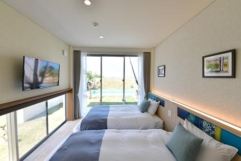 プール越しにビーチも望める明るいベッドルーム            (2ベッドルームタイプ)