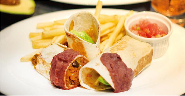 牛肉と温野菜、アボカドのブリトー