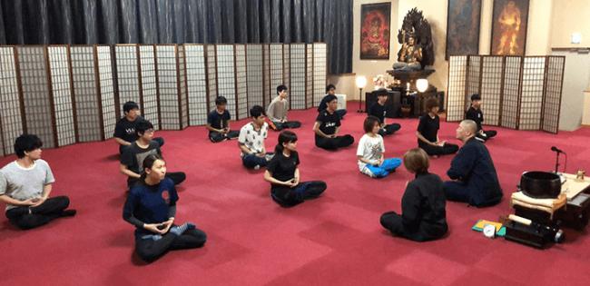 瞑想の指導の様子