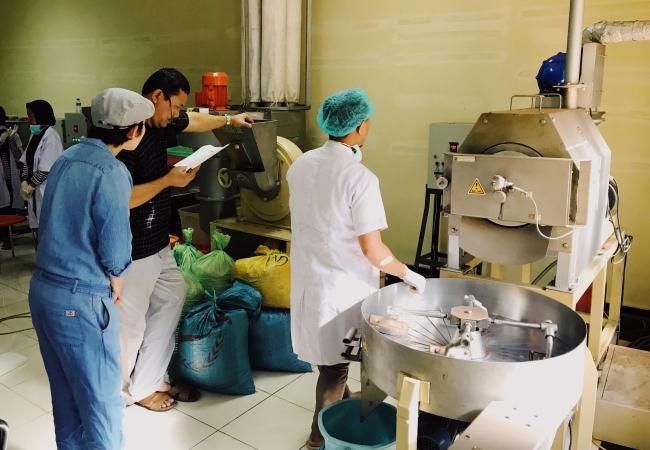 提携先のインドネシア国立ハサヌディン大学でカカオを製菓用材料に加工する様子