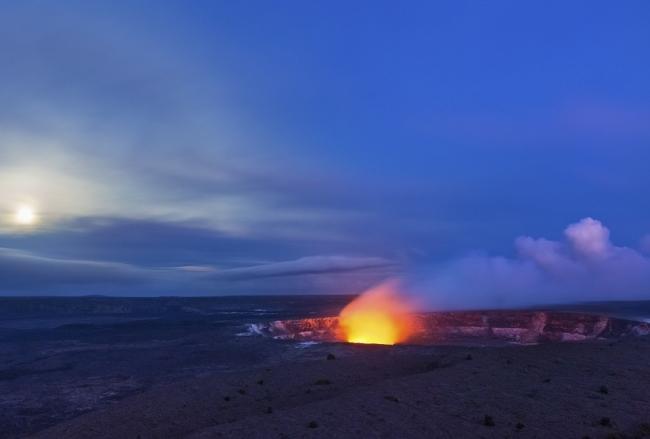 「ハレマウマウ赤い火口」 「Big Island Visitors Bureau (BIVB) Ethan Tweedie」