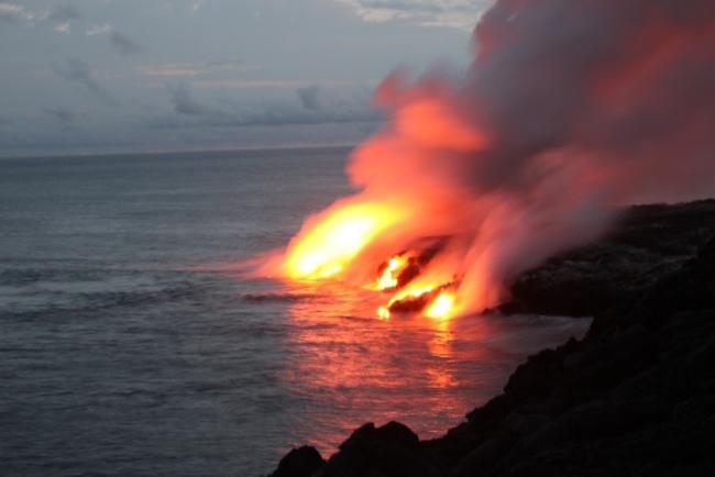海に流れ出す溶岩の様子