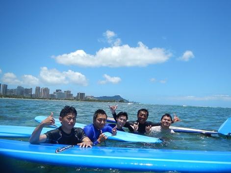 2名の現地トレーナーが体験をサポート 写真提供:アラモアナビーチ・サーフレッスン