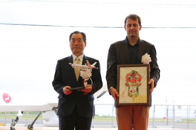 左より:白川博一壱岐市長、リンデン・ブルー GA-ASI CEO