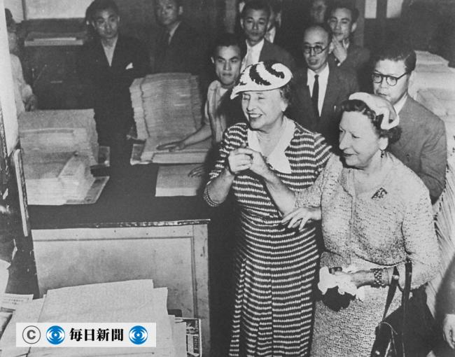 点字毎日の印刷室を訪れたヘレン・ケラーさん(左)=1955年