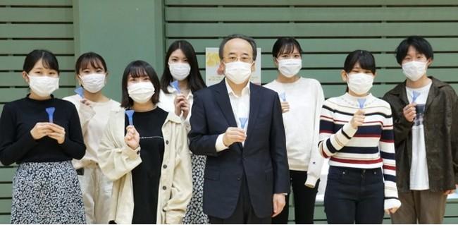 【写真】PCR検査を受ける亀山学長と学生