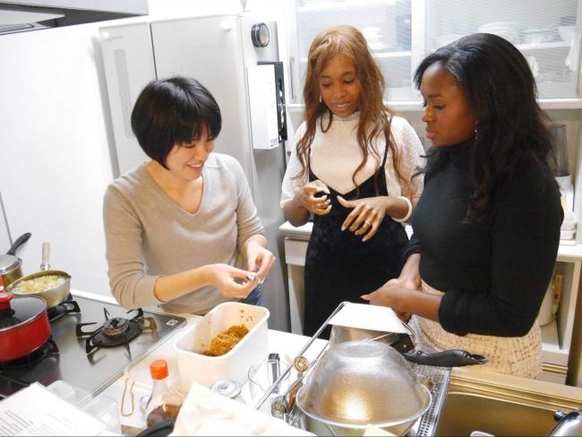 自家製の味噌を用いて、日本の食文化についてアメリカ人旅行者に紹介している様子