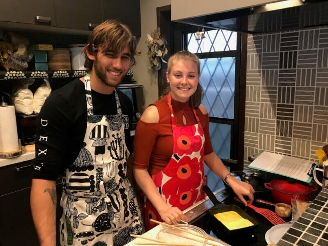 カナダからの外国人旅行者を大阪の自宅に招き、卵焼き作り体験を行う様子