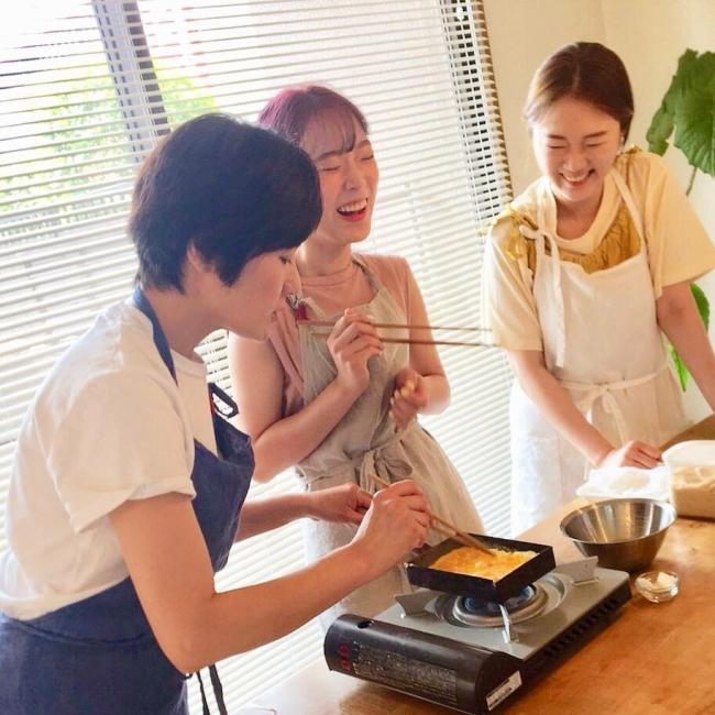 福岡県のホスト永利さん宅で卵焼き作りを楽しむ韓国からの旅行者リムさん姉妹