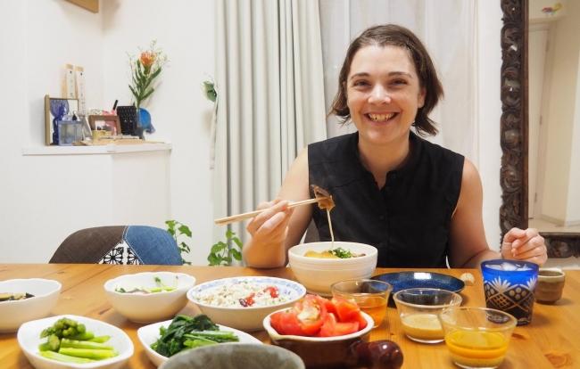 浅草に住むホスト、丸山さん宅でベジタリアン用のうどんを食べる、オーストラリアからのベジタリアン旅行者、チャ―リーさん。