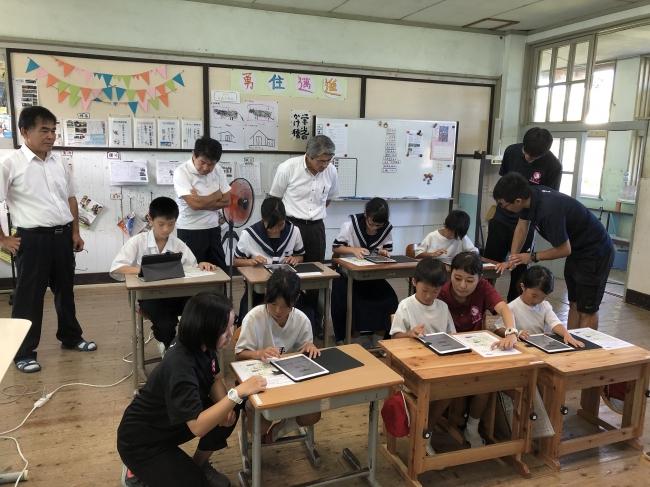 8月21日に行った公開授業で児童・生徒が「すらら」に取り組む様子