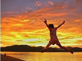 夕陽に向かってジャンプ(新上五島町)