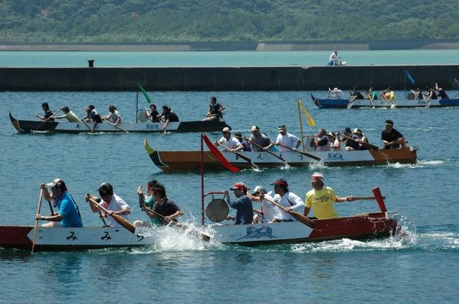 万葉の里ペーロン競漕大会。ドラの音、声援が入り乱れる賑やかな大会。毎年50チーム以上が出場する。