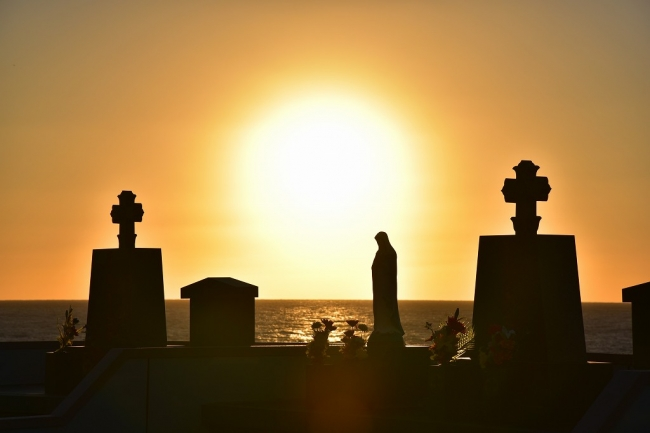 渕ノ元カトリック墓碑群。水平線に夕陽が沈む。