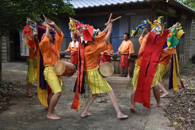 国選択無形民俗文化財「オーモンデー」。起源は遣唐時代末期、中国大陸から伝えられたといわれ、地元青年たちによって踊り伝えられている念仏踊り。