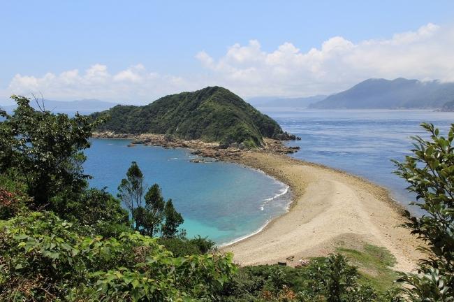 前島のトンボロ。砂洲が離れ島と陸地を結び付けたもの。景観としても美しく、学術的に見ても大変価値があります。