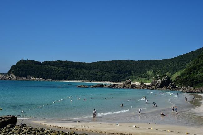 白い砂浜がどこまでも続く遠浅の海、頓泊海水浴場